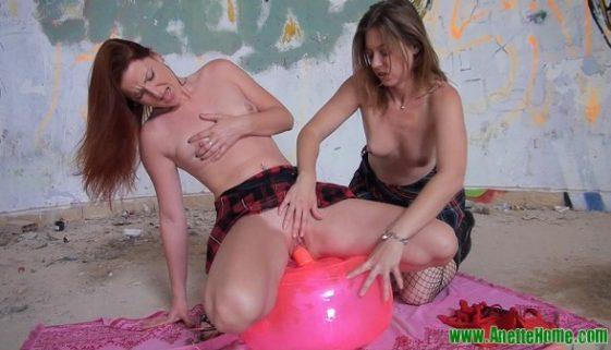Lesbiennes avec coussin gonflable