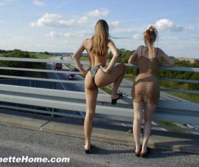 exhibition sur un pont d'autoroute